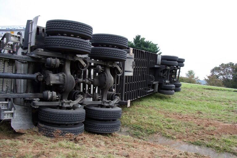 Caminhão tombado em rodovia - Importância da Averbação de Seguro de Carga