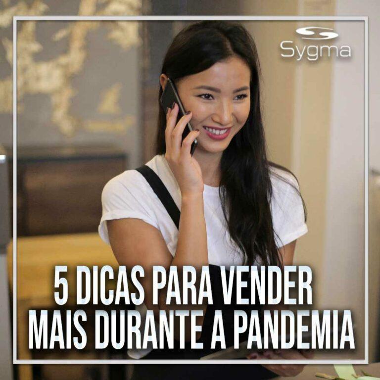 Mulher sorrindo, falando ao celular, ao realizar atendimento online
