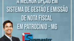 Empresário com braços cruzados e logomarca da Sysmaster Informática