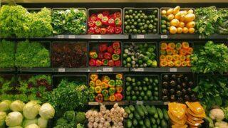 Prateleira de alimentos hortifruti que tem rastreabilidade vegetal obrigatória