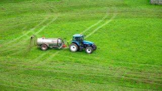 Trator azul em gramado verde - Emissor de Nota Fiscal Eletrônica para Produtor Rural